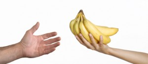dando de comer a una persona banana.
